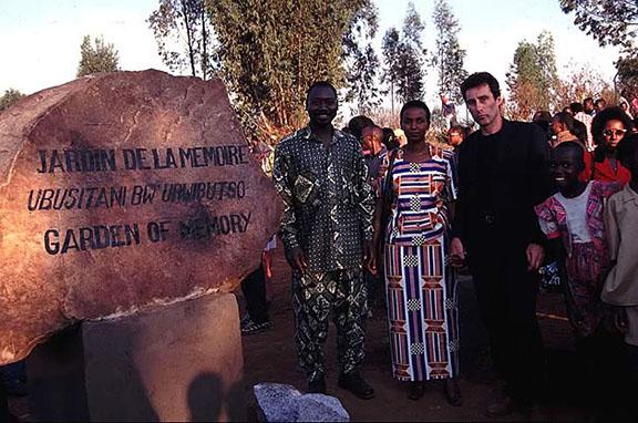 Bruce Clarke et des personnalités rwandaises à l'entrée du jardin de la Mémoire